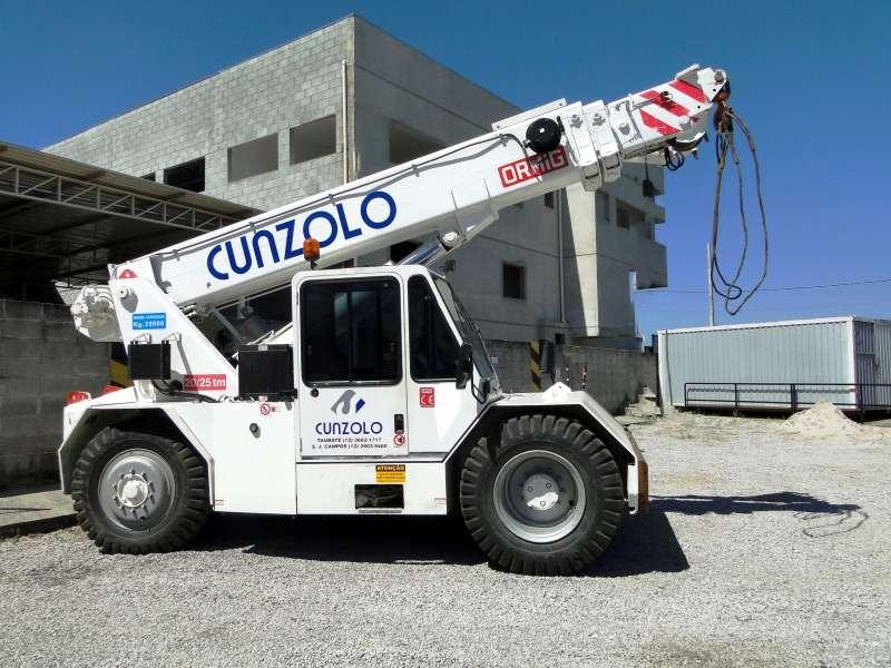 Guindaste Industrial Ormig 20/25 TM é o equipamento ideal para remoções industriais e movimentação de cargas. Possui eixos direcionais traseiros e se locomove com a carga sobre pneus.