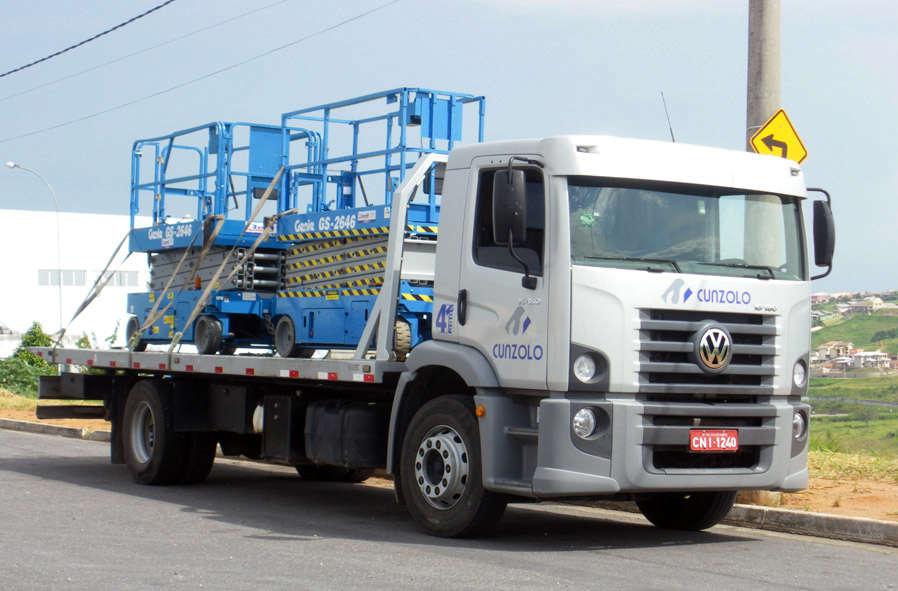 Caixa de carga: 7,0m x 2,40m. Capacidade de carga para transporte: 6 ton.