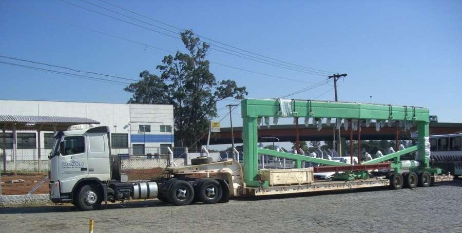 A prancha semirreboque Carrega Tudo Lagartixa transporta cargas de grande porte, como: silos, turbinas, transformadores, entre outros com altura de 3,80 m sem a necessidade de autorização especial de transporte.