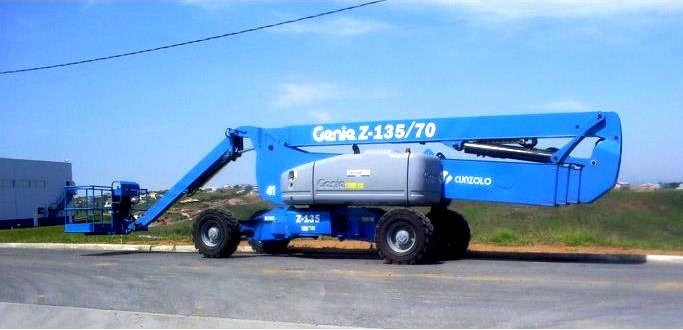 A Plataforma com Lança Articulada Genie Z135 é ideal para indústrias ou construções em áreas externas ou internas.