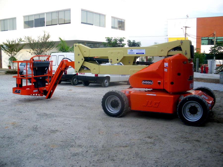 A Plataforma com lança JLG E450AJ elétrica é versátil, trabalha com três opções de alturas. Tem controle automático da tração, sendo utilizável em diversos tipos de solo.