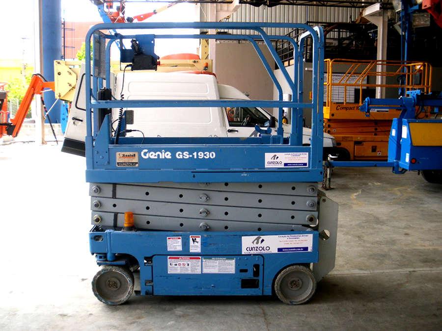 A Plataforma Tipo Tesoura (Pantográfica) Genie GS1930 é ideal para espaços restritos e possui pneus maciços para evitar manchas. Trabalha em ambiente externo e interno em diversos ramos como construções, manutenções, entre outros.