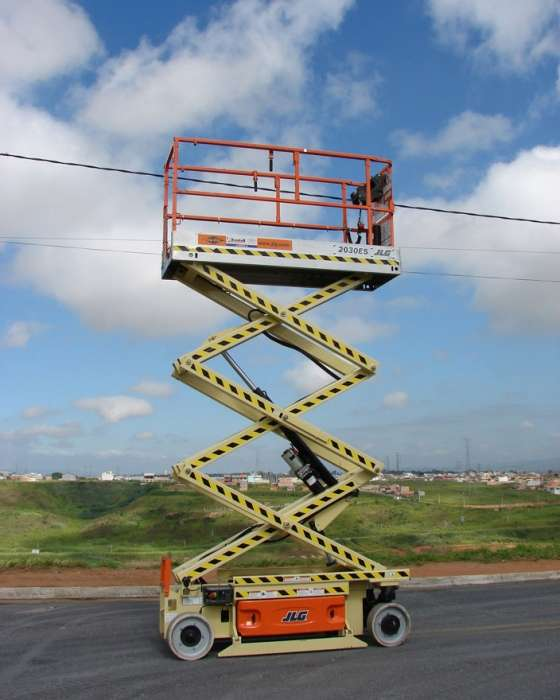 A Plataforma Tipo Tesoura (Pantográfica) JLG 2030 é uma PTA versátil pois atende diversos trabalhos em altura em área externa ou interna. Plataforma robusta, porém compacta.