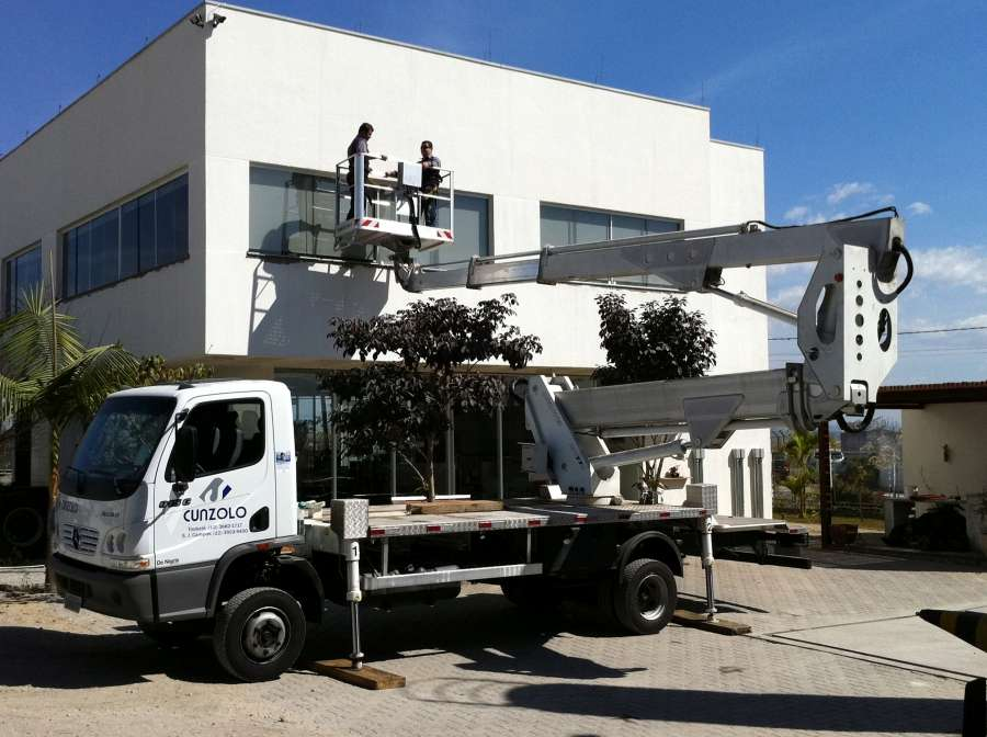 A Plataforma Montada sobre Caminhão Multitel 270 é o equipamento ideal e compacto para trabalhos em altura como poda de árvores, instalação de outdoor, limpeza de fachada, entre outros.