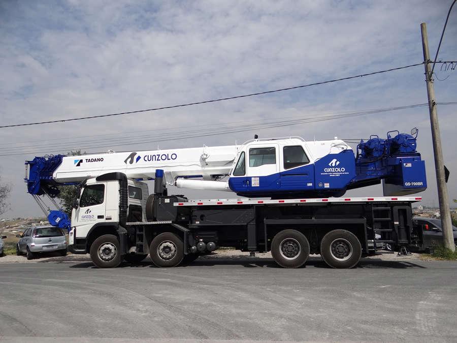 O Guindaste Rodoviário Tadano GS 700I é o equipamento ideal para utilização urbana por ser montado sobre caminhão e que possui JIB com sistema offset triplo, permitindo angulação em 5, 25 e 45°. Mesa de giro a 270°.
