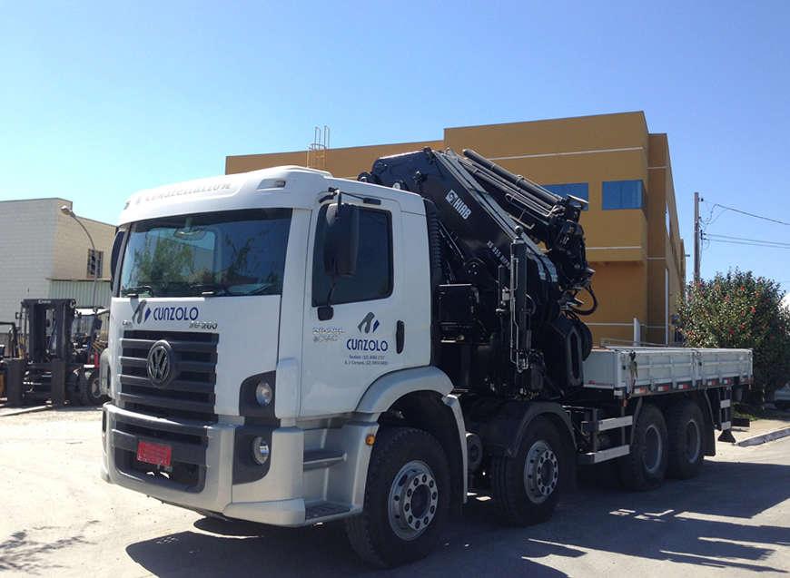 O Guindaste Articulado Hiab XS 855 (Guindauto) possui capacidade de içamento de 22.000 kg a 3 metros. Equipamento para transporte de carga de até 5.670 kg, carroceria com 4,95 metros de comprimento e 2,4 metros de largura útil.