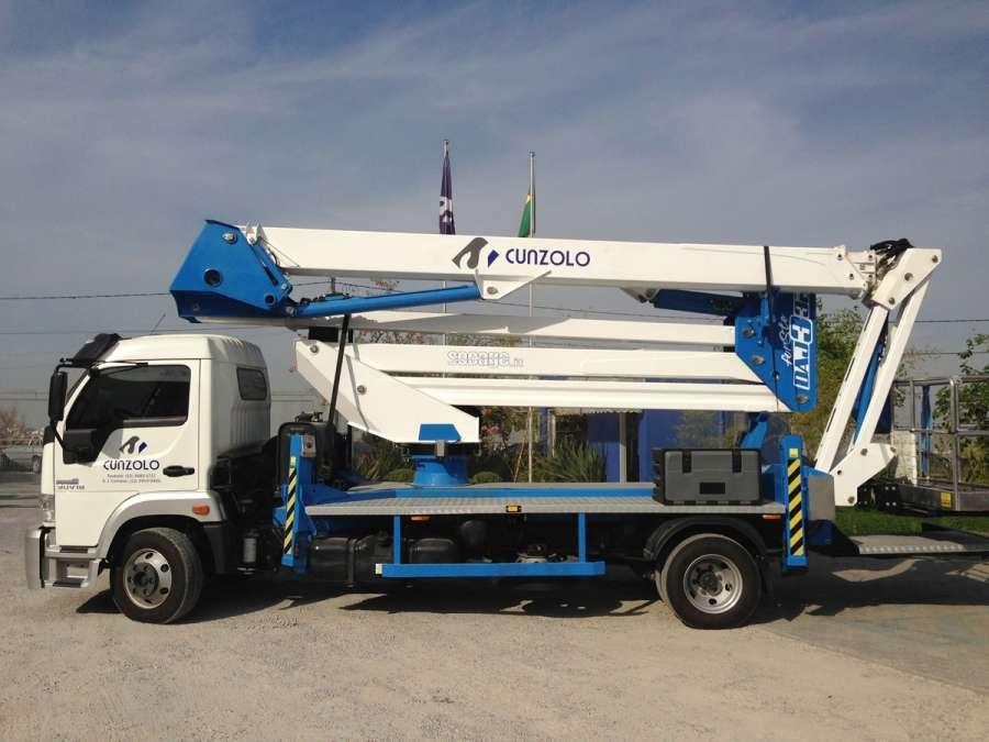 A Plataforma Montada sobre Caminhão Socage DAJ332 é indicada para trabalhos em altura em centros urbanos e indústrias. A lança auxiliar JIB propicia amplitude de movimentos e alcance.
