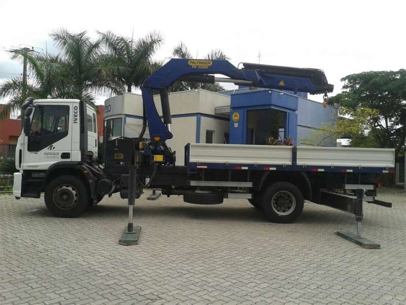 O Guindaste Articulado PK 32080 (Guindauto) possui carroceria para o transporte de carga com 5 metros de comprimento e 2,4 metros de largura e 3.250 kg de capacidade de carga para transporte.