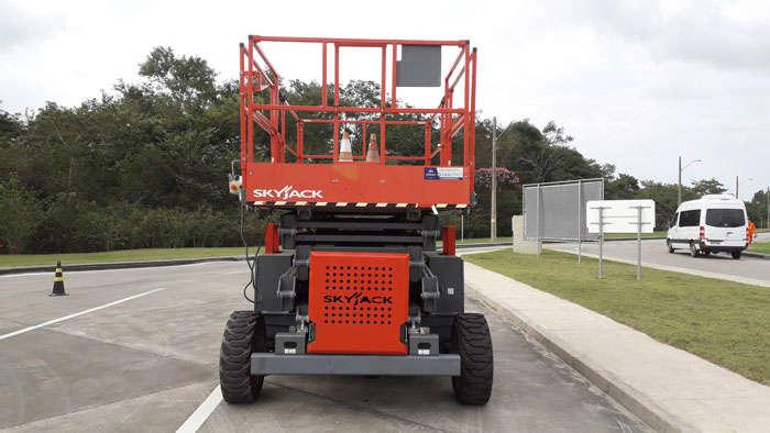 A Plataforma Tesoura SKYJACK SJ8841 RT é a PTA tipo tesoura ideal para construções e indústrias pela sua agilidade e robustez.