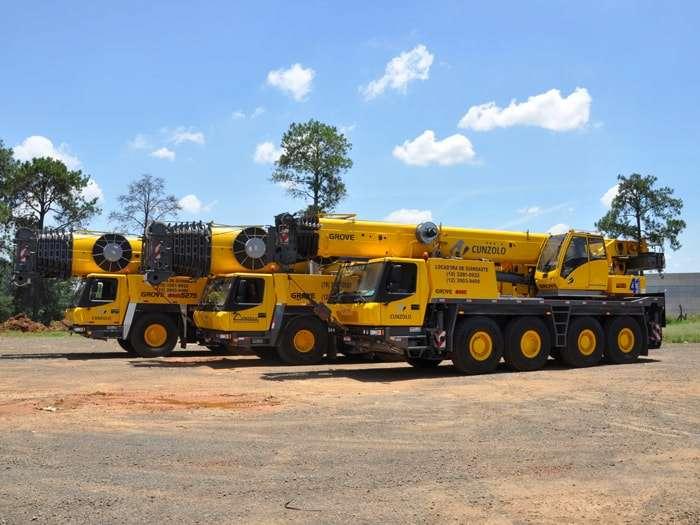 O Guindaste Rodoviário Grove GMK 4100L possui performance diferenciada na estrada e em terrenos variados.